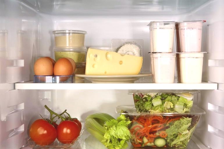df2a9ee7c Najčastejšou príčinou zápachu je nesprávne skladovanie potravín v hotovej  aj surovej forme. Výrobky ako mäso a ryby podliehajú skaze.